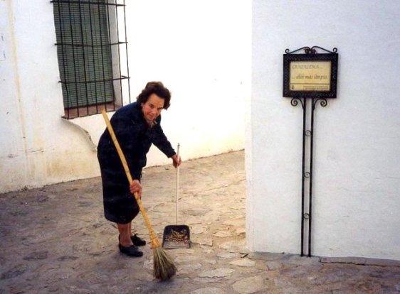AURORA BARRIENDO LA CALLE, LA BELLEZA DE UN PUEBLO NO ES CASUALIDAD