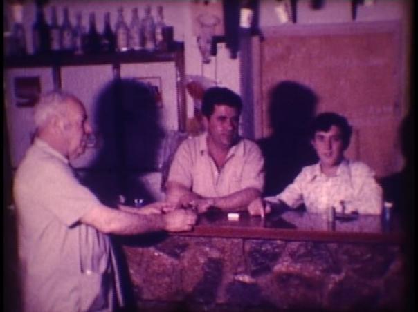 Juan Lara con Juan el Palmero en su bar